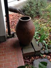 屋根に降った雨を貯留して流出の集中を抑えるために置かれた壺。