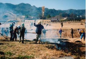 阿蘇の草原を守るために全国からボランティアが。これも大きな経済効果です。
