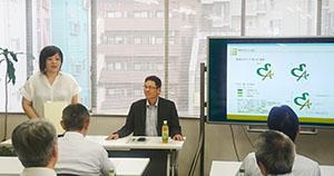 授賞式で作品について語る永沢(写真左)