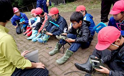 環境省職員から設置の指導を受ける5年生