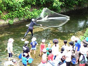 川の生きもの観察会。市民の方々に得意技を披露。身近な生きものを紹介します。