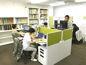 大阪支社事務所内「生物多様性推進室」の島です。